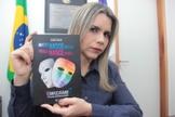 Clarissa Tercio irá distribuir gratuitamente o livro de autoria do pastor e filósofo Isac Silva. (Foto: Divulgação)