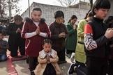 Cristãos chineses oram durante celebração da Páscoa. (Foto: Getty Images/Kevin Frayer