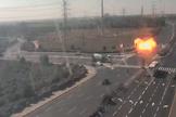 Câmera de trânsito registra momento em que foguete de Gaza atinge uma grande estrada israelense a poucos metros de vários veículos que passam. (Imagem: Captura de tela)