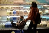 Mulher faz compras com bebê usando máscara em Pequim, em meio à epidemia de coronavírus na China. (Foto: Tingshu Wang/Reuters)
