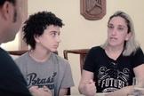 Crislane (direita) e Arthur (centro) contam seu testemunho para o cantor Thalles Roberto. (Imagem: Youtube / Reprodução)