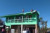 Cristãos ajudam a reconstruir telhado de casa afetada pelo ciclone. (Foto: ASA Garuva)