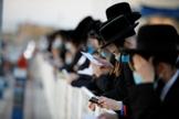 Judeus celebram o ritual de purificação do Tashlich um dia antes do Yom Kippur em Israel. (Foto: Amir Cohen/Reuters)