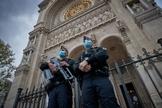 Polícia monta guarda em frente à igreja em Paris, após sequência de ataques terroristas na França. (Foto: Kiran Ridley/Getty Images)