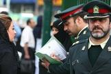 Mulher é abordada por patrulha de orientação em Teerã, em 2006. (Foto: Satyar Emami)