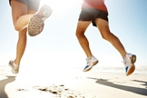 A prática da corrida protege o coração, reduz os níveis de colesterol, pressão arterial e glicemia, fortalece a estrutura óssea e auxilia na perda de peso. (Foto: Reprodução)