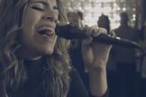 """""""Música nova! Glória a Deus"""", celebrou a cantora. (Foto: Reprodução/YouTube)"""