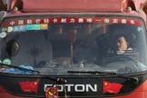 Motorista de caminhão descansando em uma estrada entre Pequim e Tianjin, na China. (Foto: Kim Kyung-hoon/Reuters)