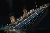 """Cena do filme """"Titaninc"""" mostrando a cena que o histórico afunda."""