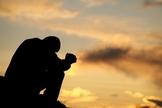 Oração no por do sol. (Foto: Plus)