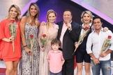 """Bianca Toledo (ao meio) com as mulheres que participam do quadro """"Elas Querem Saber"""" e o apresentador Raul Gil. (Foto: PortalVerTube)"""