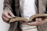 Jovem lendo a Bíblia. (Imagem: Getty)