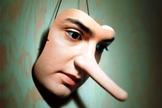 Máscara com nariz grande ressalta a lenda do personagem Pinóquio. (Foto: A12)