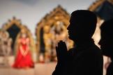 Homem ora diante de cerimônia hindu. (Foto: Zimbio)