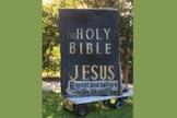 """""""A Bíblia Sagrada, por Jesus: Arrependam-se e creiam no evangelho"""", dizia a inscrição na grande placa preta. (Foto: Twitter/Sandy Cohen)"""
