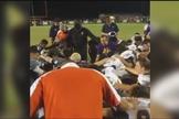 Pastor e jogadores oram por atleta ferido, nos EUA. (Imagem: Vimeo)