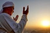 Muçulmano ora virado para o pôr do sol. (Foto: Delta Newsroom)