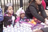 Com a ajuda da igreja e da família, Armani Crews distribuiu alimentos no dia de seu aniversário. (Foto: Reprodução/Fox 32 Chicago)