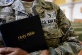 Militar dos EUA segura Bíblia nas mãos. (Foto: Military.com)