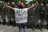 Manifestante protesta contra a crise política e a fome na Venezuela. (Foto: CNN)