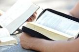 Jovens estudantes lendo a Bíblia. (Foto: Getty)
