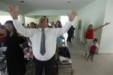 Cristãos durante um culto de oração em uma igreja evangélica em Leon, no México. (Foto: Reuters)