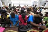Cristãos sudaneses participam de culto. (Foto: REUTERS/MOHAMED NURELDIN ABDALLAH)
