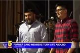 Robert (esquerda) e Gilbert (direita) eram membros de uma gangue chamada 'King Cobras'. (Imagem: KFSM)