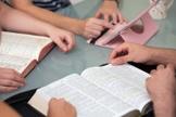 Após ter sua leitura interrompida, Mark educadamente explicou que havia chegado cedo para a aula, para que pudesse ler a sua Bíblia. (Foto: Reprodução).