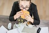 Maioria das pessoas têm dificuldades em se alimentar bem na rotina agitada. (Foto: Reprodução)