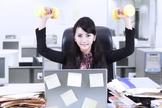 É possível exercitar o corpo em casa, no trânsito e até no escritório. (Foto: Katie Friedman/Glamour)