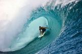 """Surfista pega um """"tubo"""" em uma das praias da Polinésia Francesa, no Tahiti. (Foto: ESPN Brasil)"""