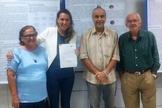 Sarah Andrade, com seus pais (nas pontas) e seu professor Cicero Alexandre Braz (banca examinadora), após ser aprovada na Conclusão de Curso. (Foto: Facebook)