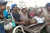 Funcionários e cristãos paquistaneses fizeram uma manifestação com o corpo da vítima. (Foto: Reprodução/Twitter)