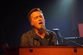 O cantor apresentou três canções do novo disco em uma transmissão ao vivo. (Foto: Divulgação).