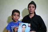 Mina Habib (esquerda) mostra a foto de seu pai, ao lado de sua mãe (direita). (Foto: Reuters)