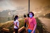 Pessoas assistem de longe às chamas se espalhando pela mata, na região de Pedrógão Grande. (Foto: Global Imagens)