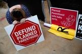 Ativistas pró-vida protestam contra a 'Planned Parenthood'. (Foto: International Business Times)
