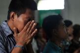Cristãos oram em culto nas Filipinas. (Foto: Compassion International Blog)