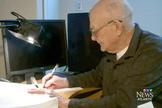 Rodrigue encontrou uma paixão por manuscrever a Bíblia, como forma de lidar com o câncer. (Foto: CTV Atlantic News)