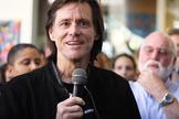 Jim Carrey em discurso no centro de reabilitação Homeboy Industries, na Califórnia. (Foto: Reprodução/Homeboy Industries)