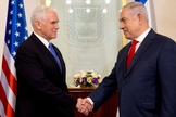 Vice-presidente dos EUA, Mike Pence com o primeiro-ministro israelense, Benjamin Netanyahu. (Foto: Ariel Schalit, Pool/Associated Press)