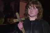 Rachel Davis testemunha incêndio na igreja pastoreada pelo pai onde cruz foi encontrada intacta. (Foto: Reprodução/Channel News 3)