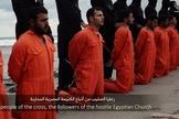 Militantes do Estado Islâmico com seus prisioneiros cristãos etíopes ao longo de uma praia na Líbia antes de suas execuções por decapitação. (Foto: Reprodução/YouTube)