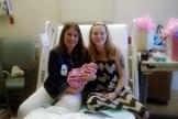 Stacy Enders segura bebê de mulher que recebeu auxílio do Centro de Recursos para a Gravidez. (Foto: Arquivo pessoal/Stacy Enders)