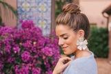 O site Moda It fez uma seleção de Máxi Brincos Floridos. Confira! (Foto: Reprodução)