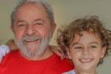 Ex-presidente Lula e seu neto Arthur, de 7 anos. (Foto: Repdorução/Facebook)