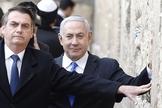 Presidente brasileiro Jair Bolsonaro e primeiro-ministro israelense Benjamin Netanyahu oram no muro ocidental, o local mais sagrado onde os judeus, na Cidade Velha de Jerusalém em 1 de abril de 2019. (Foto de Menahem KAHANA / POOL / AFP)