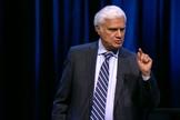 Ravi Zacharias durante pregação. (Foto: Reprodução/YouTube)