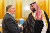 Joel C. Rosenberg (à esquerda) é recebido pelo príncipe herdeiro saudita Mohammed bin Salman no Palácio Real em Jidá. (Foto: Embaixada Saudita em Washington)
